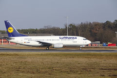 """Stijgt de Internationale Luchthaven †""""Lufthansa Boeing 737 van Frankfurt op Royalty-vrije Stock Foto's"""