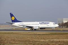 """Stijgt de Internationale Luchthaven †""""Lufthansa Boeing 737 van Frankfurt op Royalty-vrije Stock Afbeeldingen"""