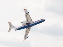 -200 stijgt het vliegtuig op Stock Afbeelding