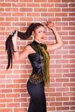 Stijl modelvrouw op een bakstenen muurachtergrond royalty-vrije stock afbeeldingen