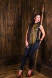 Stijl modelvrouw op een houten achtergrond stock foto's