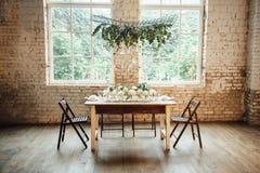 Stijl van de huwelijks de ruimte verfraaide zolder met een lijst en toebehoren Stock Afbeelding