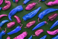 Stijl van de pop-art de roze en blauwe peper op groene achtergrond royalty-vrije stock afbeeldingen