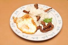 Stijl van Thailand braadde rijst, gebraden vlees met knoflook Stock Foto