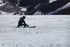 Stijlgravure Een mannelijke skiër die op de concurrentie bergaf opleiden in Snijd positie Zwarte en matroos Chopok, Lage Tatras, royalty-vrije stock fotografie