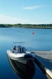 Stijve opblaasbare boot bij een pijler royalty-vrije stock afbeeldingen