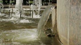 Stikaet dell'acqua giù Una piccola cascata in una fontana video d archivio