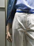 Stil av kläder på den kvinnliga manikyren En skjorta i det blåa bältet, vit byxa Arkivbilder