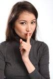 Stil ben houden een geheim teken door vrij jonge vrouw stock afbeelding