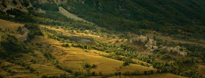 Stil dorp die bij bergvallei rusten stock foto's