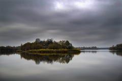 Stil eiland op een rivier in de herfst Royalty-vrije Stock Afbeelding