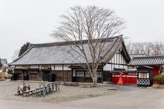 Stil för arkitektur för Edo period med sidor mindre träd i Noboribetsu datumJIdaimura den historiska byn på Hokkaido, Japan Arkivbilder