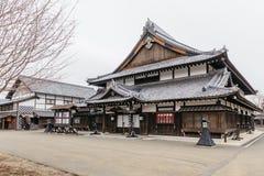 Stil för arkitektur för Edo period med sidor mindre träd i Noboribetsu datumJIdaimura den historiska byn på Hokkaido, Japan royaltyfri fotografi