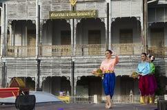 Stil för dansen för thai folk för skådespelaren och för aktrins visar thai folk på st Arkivfoto