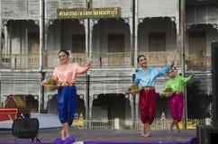 Stil för dansen för thai folk för skådespelaren och för aktrins visar thai folk på st Royaltyfri Foto