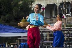 Stil för dansen för thai folk för skådespelaren och för aktrins visar thai folk på st Arkivbild