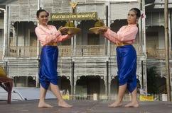 Stil för dansen för thai folk för skådespelaren och för aktrins visar thai folk på st Royaltyfria Foton