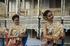 Stil för dansen för thai folk för skådespelaren och för aktrins visar thai folk på st Arkivbilder