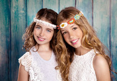 Stil för hippie för barnvänflickor som retro tillsammans ler Royaltyfri Foto
