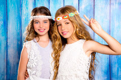 Stil för hippie för barnvänflickor som retro tillsammans ler Fotografering för Bildbyråer