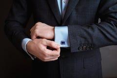 Stil för man` s klä dräktskjortan och manschetter arkivfoto