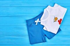 Stil för mode för litet barnpojkesommar Arkivfoton