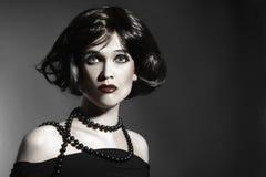 Stil för svart hår för kvinna för brunett retro Royaltyfri Fotografi