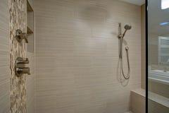 Stil Gå-i dusch med den inbyggde bänken royaltyfri foto
