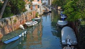 Stil kanaal met boten Venetië royalty-vrije stock foto