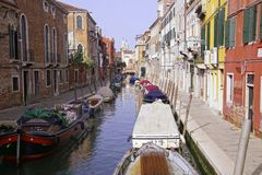 Stil kanaal met bruggen en boten stock fotografie