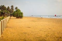 Stil leeg strand op middagzon royalty-vrije stock afbeelding