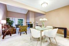 Stil som äter middag område, presenterar den moderna glass tabellen med vita stolar Royaltyfria Bilder
