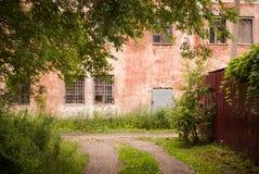 Stil weinig steeg met bomen en oud huis op achtergrond Royalty-vrije Stock Afbeeldingen