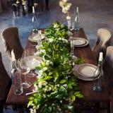 Stil, wood och naturliga material för bordsservis, för eco-vänskapsmatch, massor av gröna sidor Arkivfoto