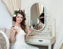 Stile abbastanza castana di nozze del ritratto della sposa Fotografie Stock