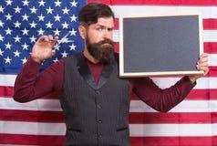 Stile americano Stilista di capelli del barbiere o fondo americano della bandiera americana del parrucchiere Uomo con la barba e  immagine stock libera da diritti