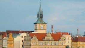 Stile architettonico dell'Europa centrale tradizionale, costruzioni nel centro della città di Praga video d archivio