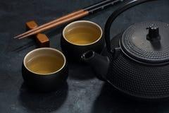 Stile asiatico, tazza e teiera con tè verde Fotografia Stock