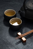 Stile asiatico, tazza e teiera con tè verde, vista superiore, verticale Immagini Stock Libere da Diritti
