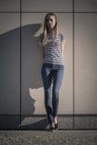 Stile casuale della donna contro la parete di pietra di lerciume Immagini Stock