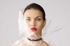 Stile che di bellezza osserva dentro all'obiettivo immagine stock libera da diritti