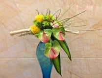 Stile cinese che decora i fiori freschi e vaso Fotografia Stock