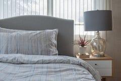 Stile classico della lampada con il vaso della pianta sulla tavola di legno in camera da letto Immagini Stock