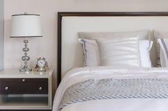 Stile classico della lampada sulla tavola in camera da letto di lusso fotografia stock libera da diritti