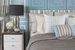 Stile classico della lampada sulla tavola di legno in camera da letto blu con il classico Fotografia Stock
