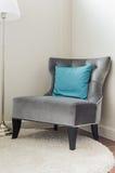 Stile classico della sedia con il cuscino blu fotografia stock libera da diritti