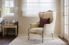 Stile classico della sedia su tappeto in camera da letto fotografie stock