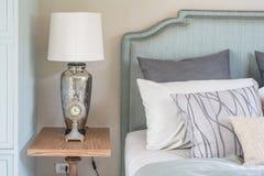 Stile classico della sveglia e della lampada sulla tavola di legno Fotografie Stock