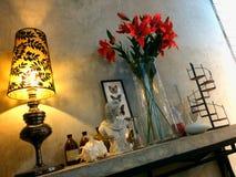 Stile d'angolo del sottotetto della decorazione della stanza, scaffali della parete del mortaio fotografie stock