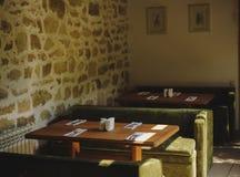 Stile d'annata del ristorante Decorazioni, tavole, sofà su un fondo all'interno vago Concetto dell'interno del caffè Copi lo spaz Fotografia Stock Libera da Diritti